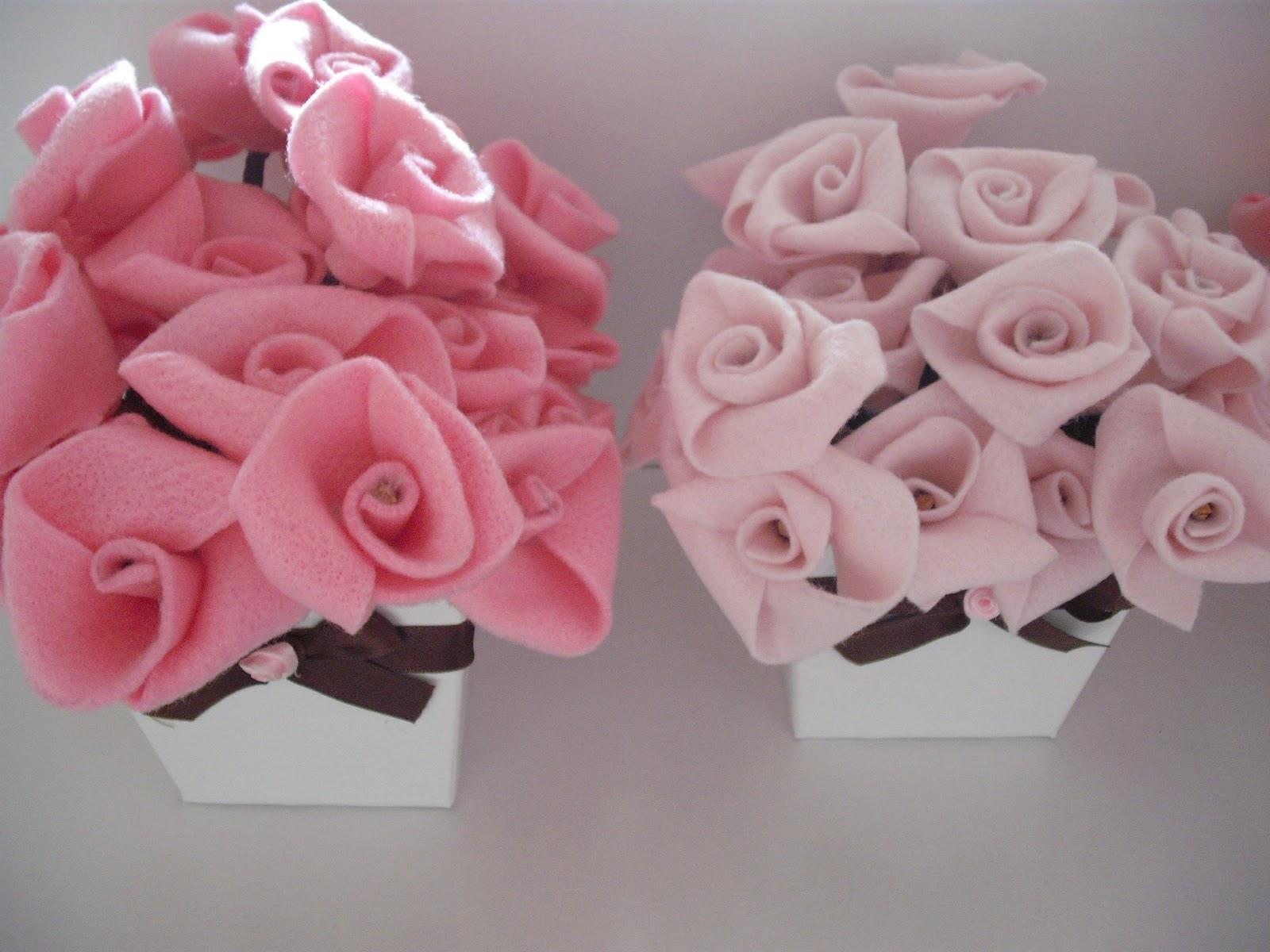 delicados vasinhos com flores de feltro foram os arranjos das mesas