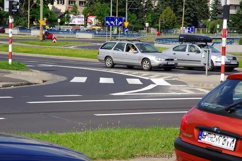 Łuk na skrzyżowaniu został zawężony, aby kierowcy nań wjeżdżający, czynili to z mniejszą prędkością