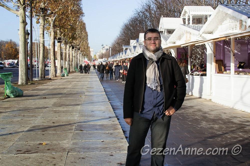 Champs Elysees başındaki kulübe dükkanlar, Paris