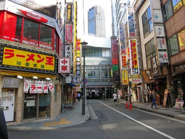 お店の前からマークシティー側を見た道玄坂の繁華街