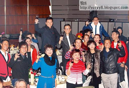 公司聯歡,王維基同「香港電視」一哥黃日華 high到企高舉杯影相。