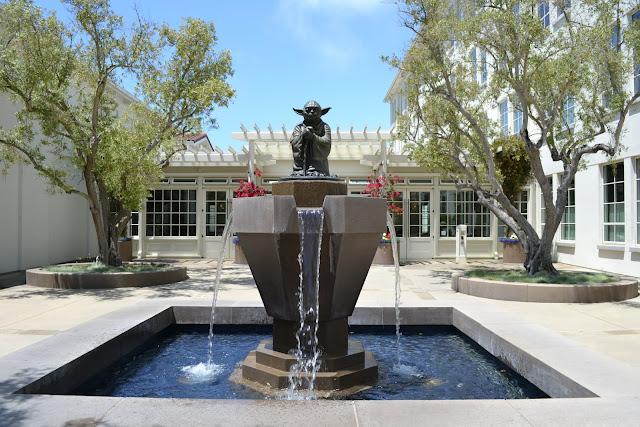 Полноразмерная статуя мастера Йоды возле студии Лукаса, Сан-Франциско