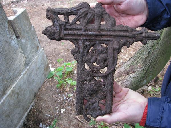 Fragment krzyża żeliwnego ażurowego | Obory (2012)
