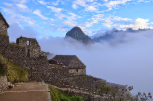 霧に包まれたマチュピチュの朝