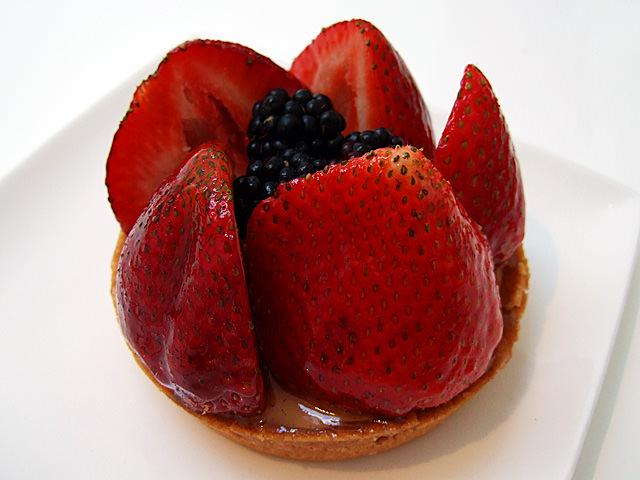 Strawberries and blackberries tart