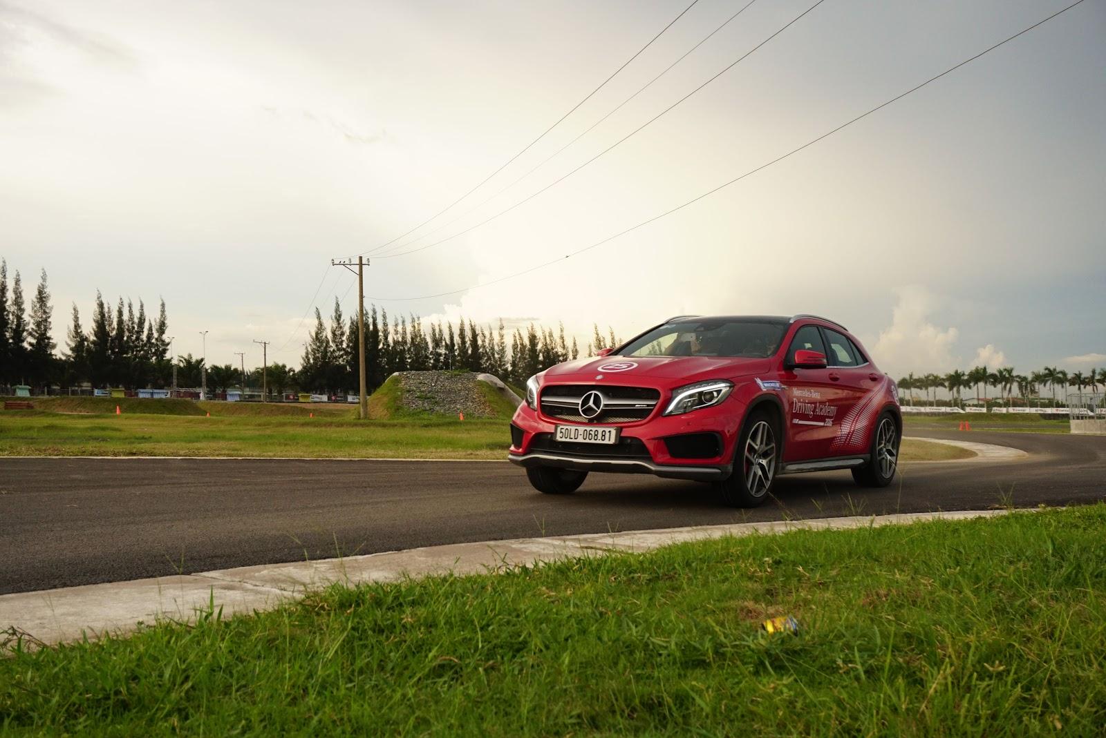 A45 AMG màu đỏ quá mạnh mẽ, cuốn hút trên đường