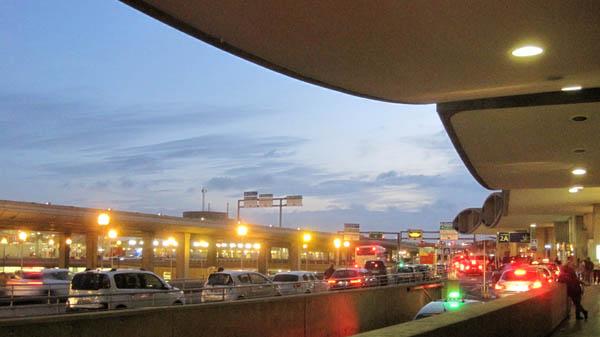 早朝のシャルルドゴール空港
