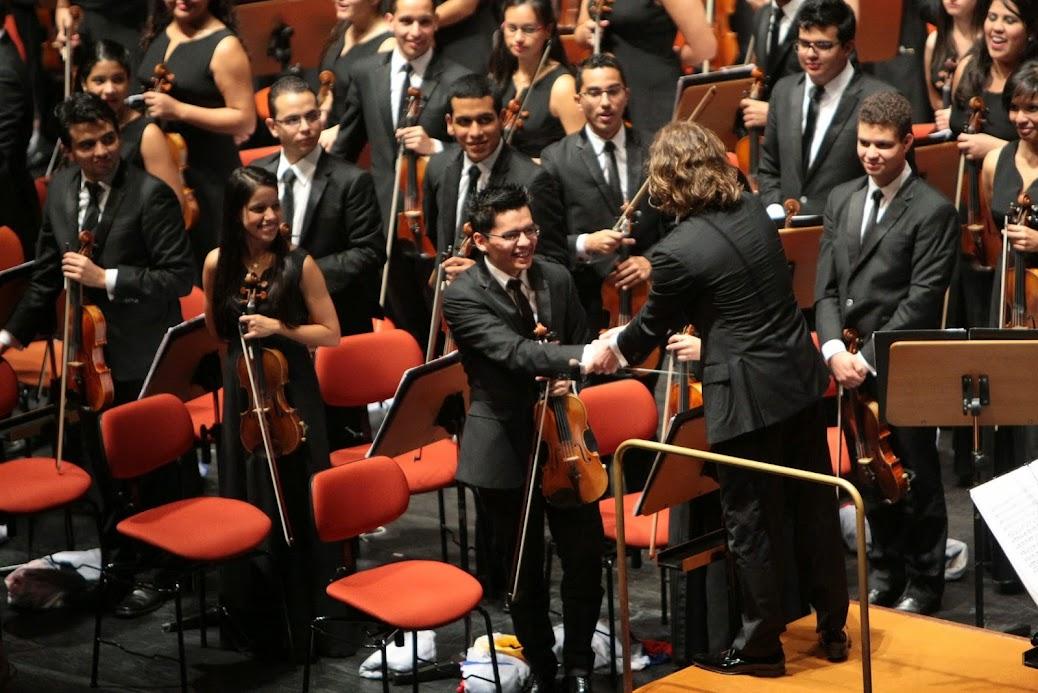 La mágica interpretación del concertino Benjamín Gatuzz encantó a Lisboa. Cada acorde introductorio a la suite orquestal Sherezade, de Rimski-Kórsakov, escrita en 1888, le valieron las ovaciones del público portugués asistente al primer concierto ofrecido en el Grande Auditorio de la Fundación Caloustre Gulbenkian