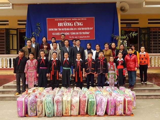 Đoàn TNCS HCM trường CĐSP Yên Bái thăm và tặng quà cho học sinh trường PTDT Nội trú huyện Văn Yên