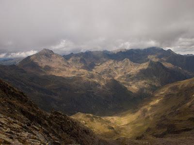Vall de Solcén. A l'esquerra la Pica Roja; enfront la Pica d'Estats coberta pels núvols