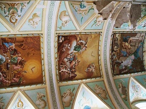 Frescos deteriorados en la bóveda de la iglesia