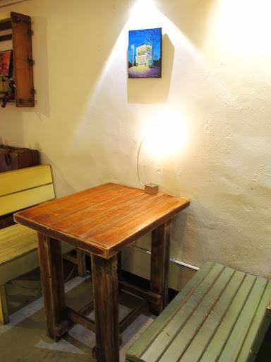 木質的古樸桌椅充滿懷舊感,好像帶我們回到了學生時代,重溫青春的時光-台中咖啡館-拾光機。壹号