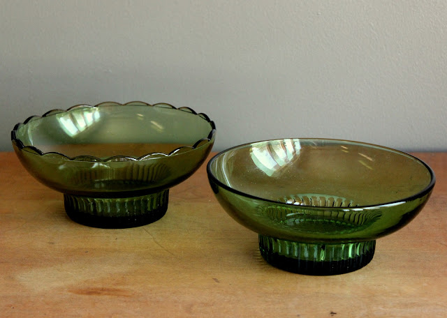 Green bowls available for rent from www.momentarilyyours.com, $1.50 each.