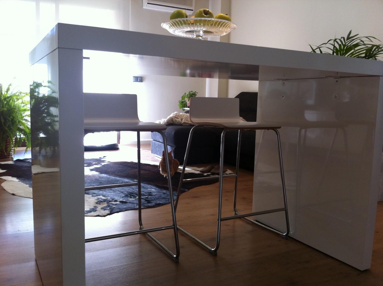 simple una mesa alta tenemos dos taburetes plegables que guardamos si no los necesitamos udp with mesa alta de cocina - Mesas Altas Ikea