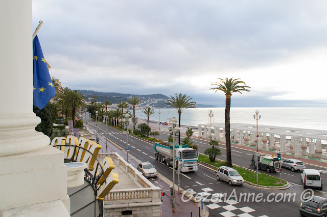 odamız balkonundan Promenade des Anglais yürüyüş yolu ve deniz manzarası, Le Negresco Nis