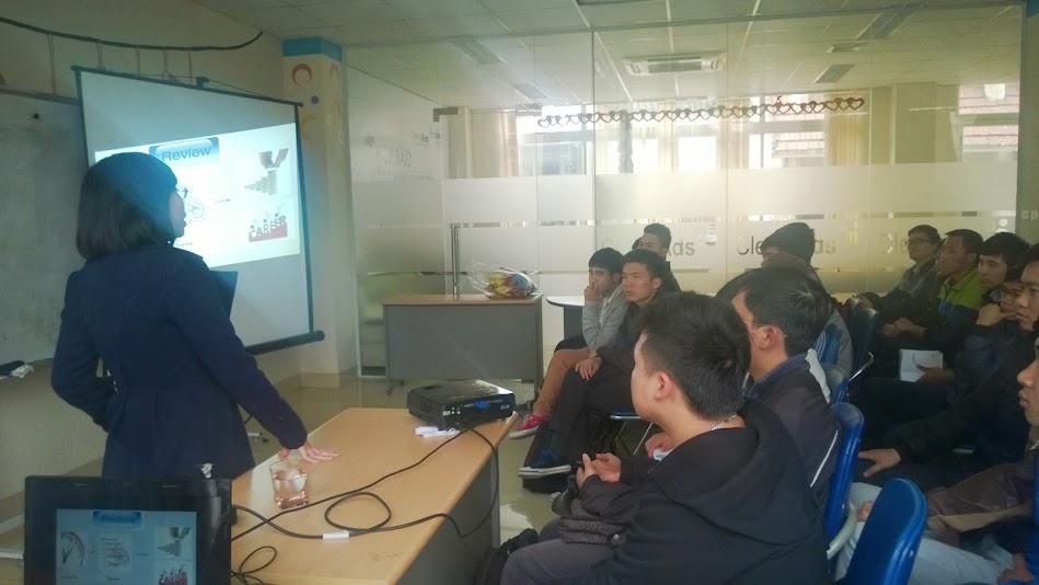 Sinh viên Cao đẳng thực hành FPT Polytechnic lắng nghe chia sẻ về cơ hội việc làm từ CleverAds.