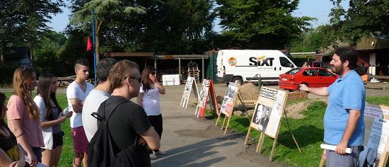 Jugendliche vor einer Plakat-Ausstellung im Freien.