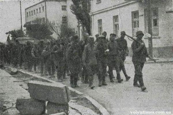 Військовополонені йдуть вулицею Луцька