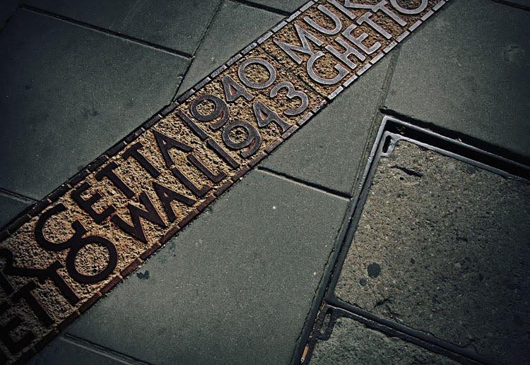 Faixa metálica incrustada no cimento dos passeios