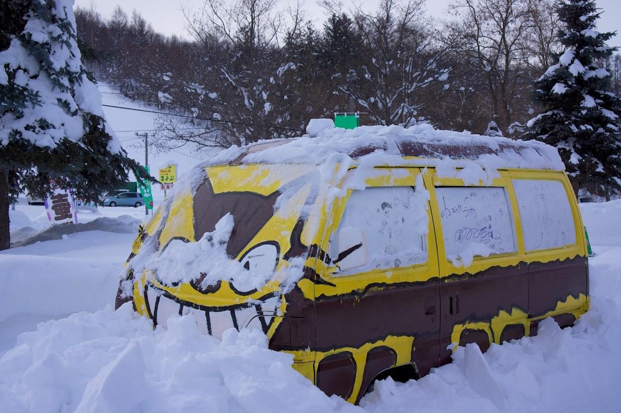 雪に埋もれるネコバス