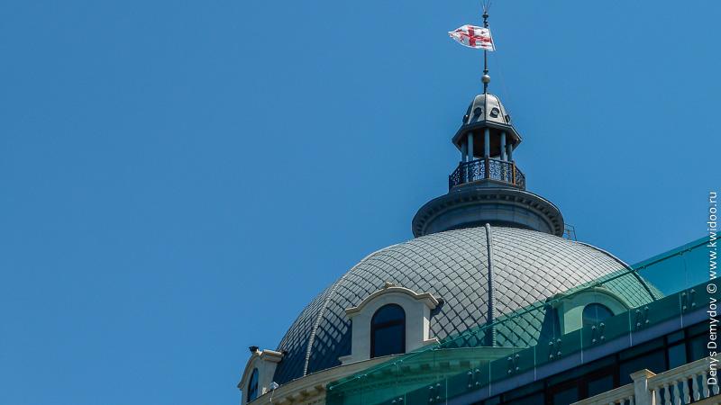 Флаг Грузии на центральной площади парламентской столицы