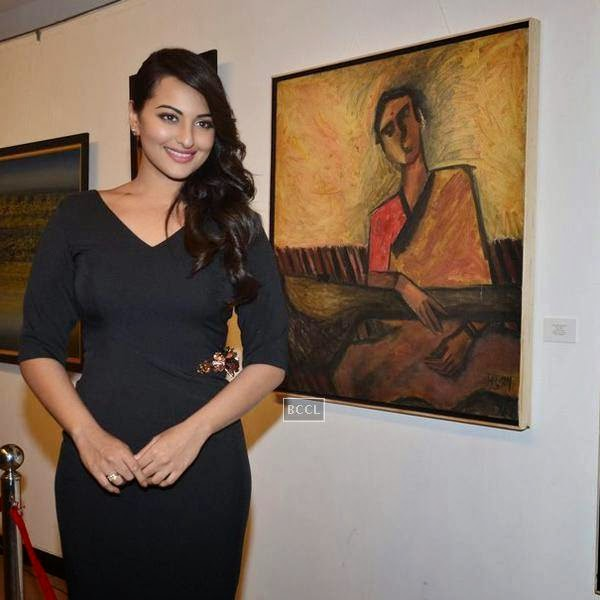 Sonakshi Sinha poses during a tribute to artist Prafula Dhanukar, held at Jehangir Art Gallery. (Pic: Viral Bhayani)<br />