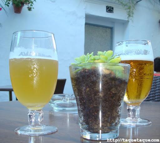 cañas en una de las mesas de la terraza del MaduBar Fusion, en Estepona (Málaga)