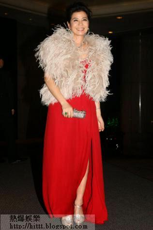 紅姑以高貴鮮紅晚裝出席嘉玲生日派對。
