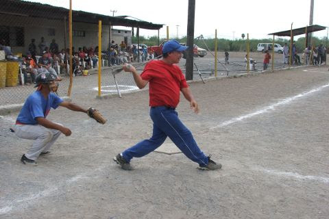 Baldomero Botello de Diablos en el softbol del Club Sertoma.