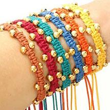 pulseiras feitas usando a técnica macramê e miçangas douradas