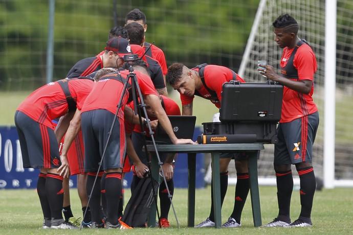Jogadores observam rendimento físico após treino (Foto: Gilvan de Souza / Flamengo.com.br)