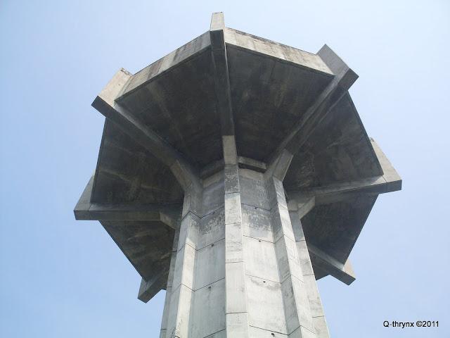puncak menara dilihat dari bawah