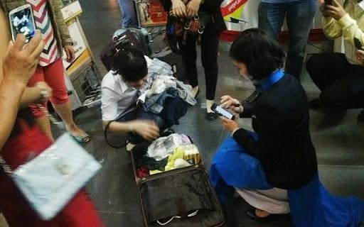 Nhân viên sân bay Nội Bài moi kiện hàng, trộm 16 điện thoại Samsung. Ảnh minh họa