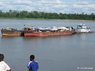 Un bateau flotte sur la rivière Oubangi en remorquant des barges. Radio Okapi/ Ph. John Bompengo
