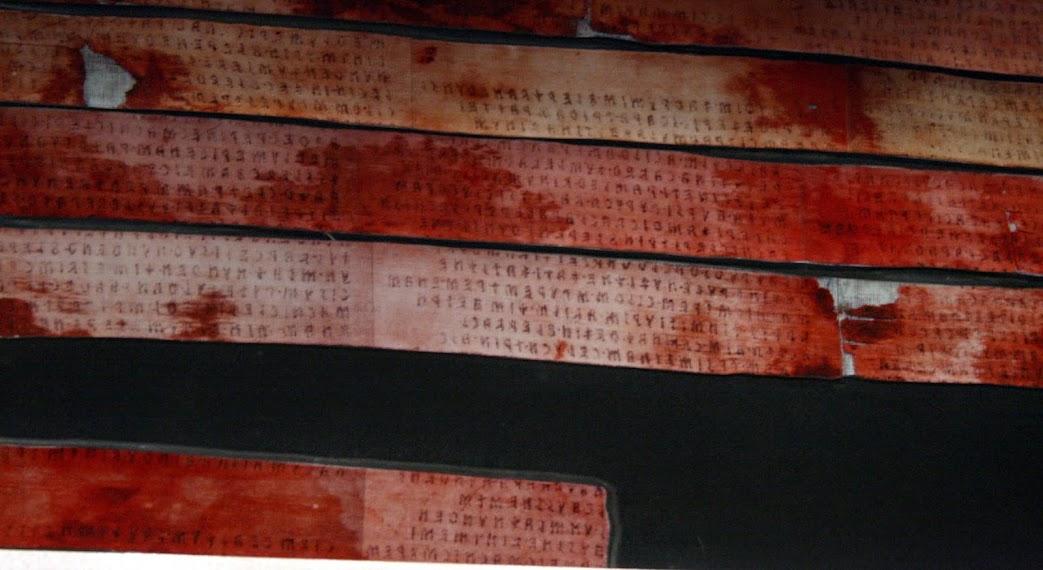 Trechos do Liber Linteus manchados, possivelmente do sangue do corpo assim que foi envolvido pela primeira vez. Atualmente, o livro e a múmia permanecem no Museu Arqueológico Zagreb.
