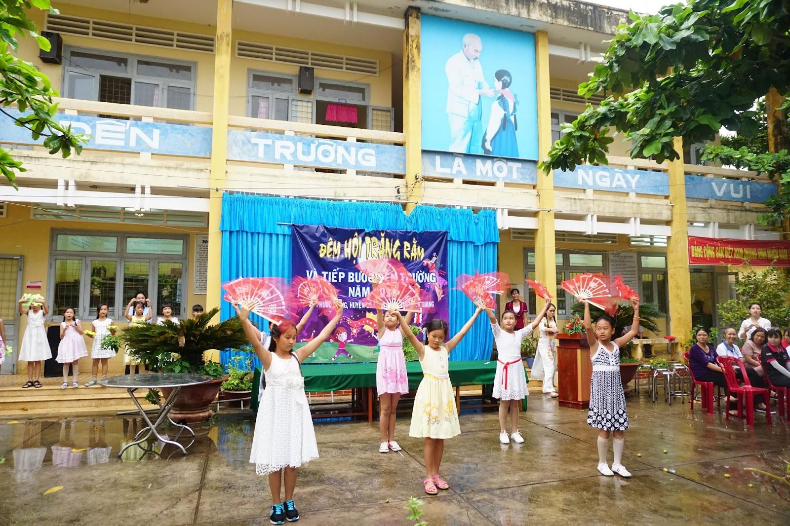 Bài múa trung thu trên nền nhạc của các em học sinh trường Phước Trung 2