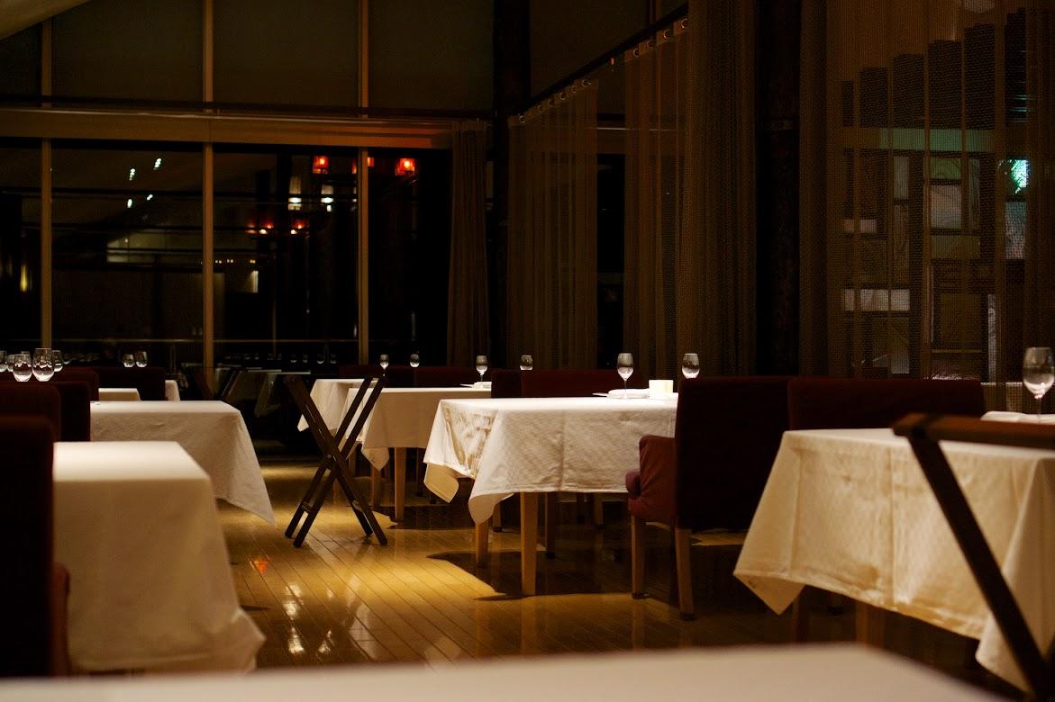 天井が高くゆったりとしたレストラン内