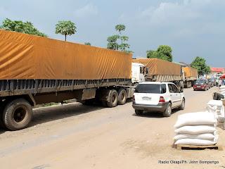 Embouteillage causé par des camions remorques stationnés devant la Minoterie de Kinshasa (Minokin) le 01/04/2013 attendant leurs déchargements. Radio Okapi/Ph. John Bompengo