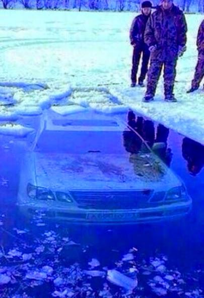 Coche dentro de un lago helado