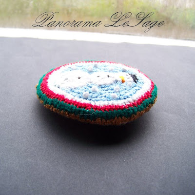 Broszka szydełkowa kolorowa duża wyrazista Panorama LeSage Biżuteria szydełkowa świąteczne Hallo Kitty Colored crocheted brooch large expressive Panorama Lesage Jewelry Hello Kitty Christmas crocheted bałwan ze śniegu śniegowy bałwan zabawy na śniegu