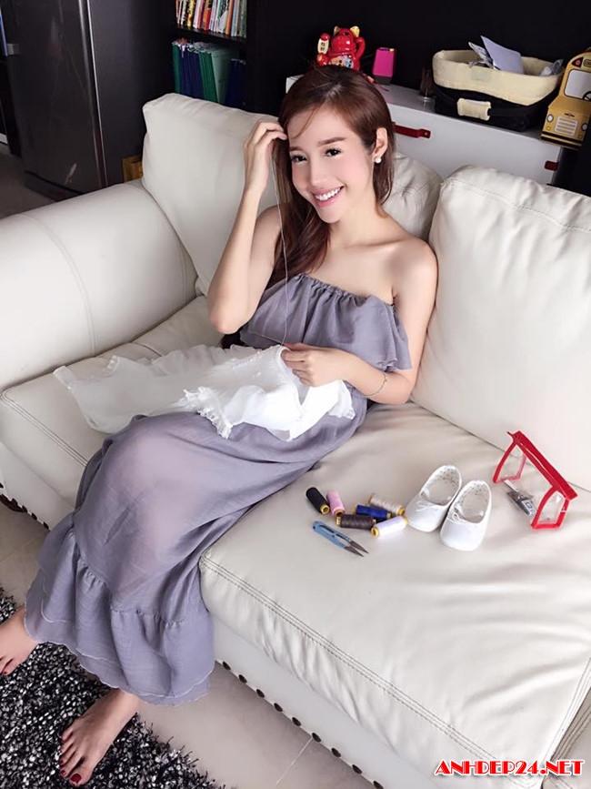 Angela Phương Trinh khoe mông cong vút