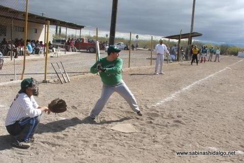 Baltazar Ibarra bateando por Perrons en el softbol del Club Sertoma