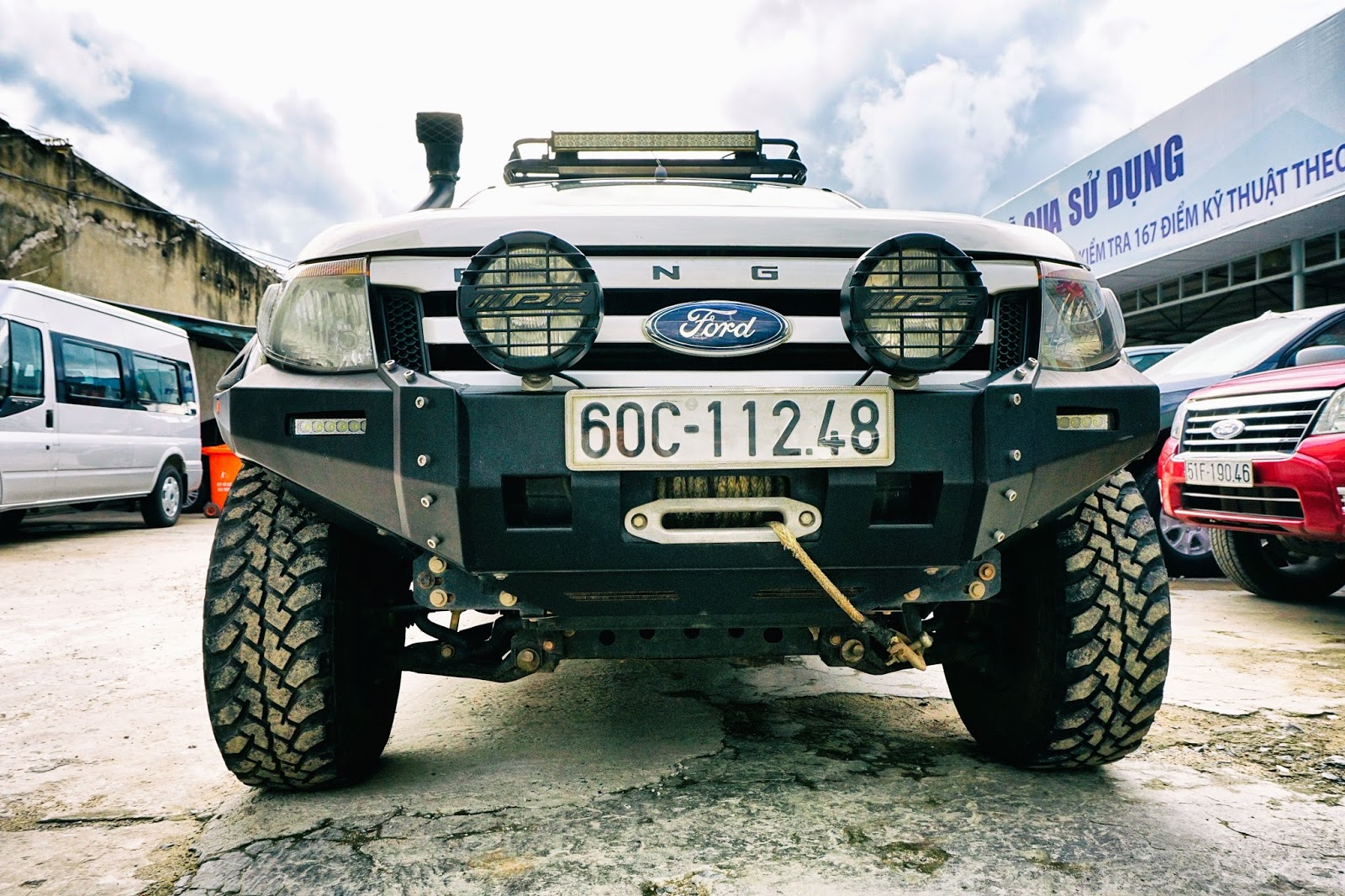 Đầu xe gia cố cường lực, hệ thống giảm xóc, lốp xe cũng được thay đổi