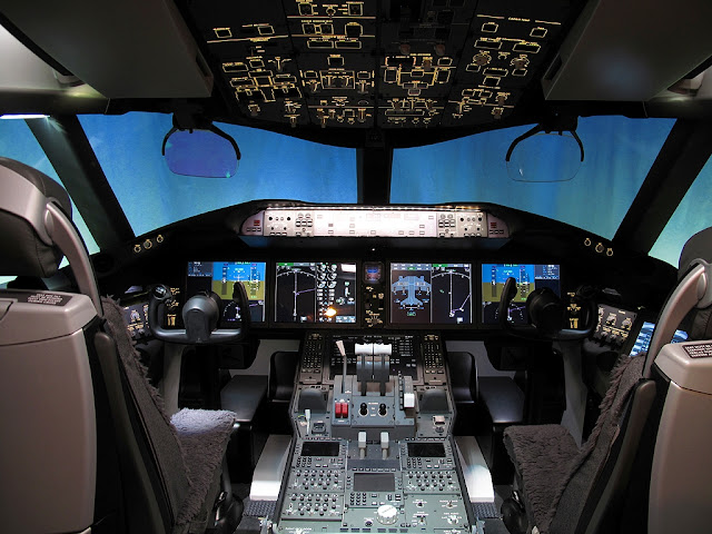 В кабине самолета Boeing-787 Dreamliner