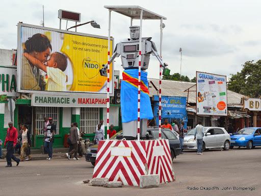 Robot implanté à la place Kintambo Magasin pour régulariser la circulation routière le 2/03/2015 à Kinshasa. Radio Okapi/Ph. John Bompengo
