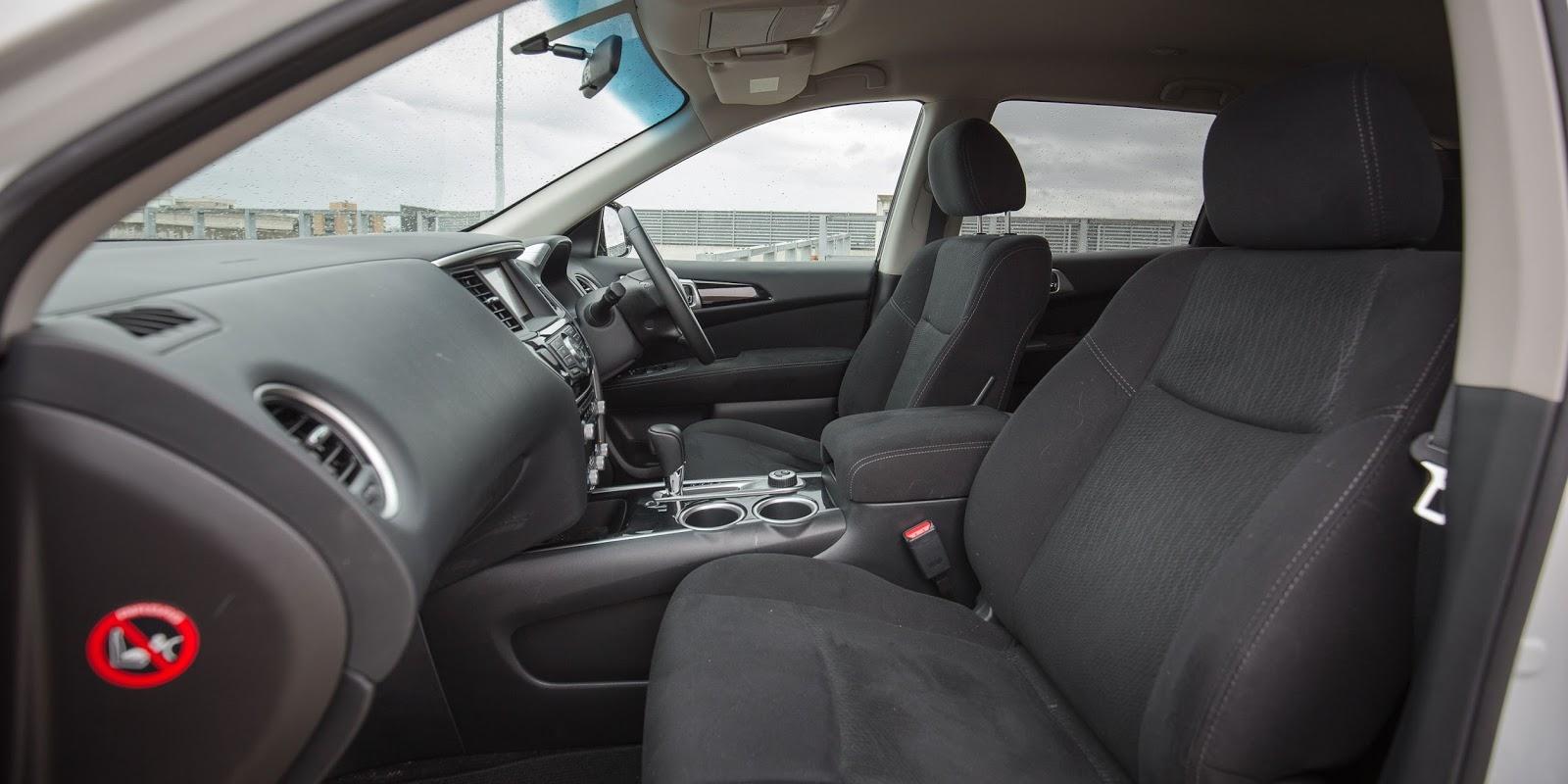 Nội thất bọc vải quá nhiều là điểm trừ mà Nissan Pathfinder 2016 nhận