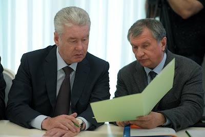 Rosja. Goście spotkania na Kremlu - od prawej - mer Moskwy oraz prezes Rosnieftu