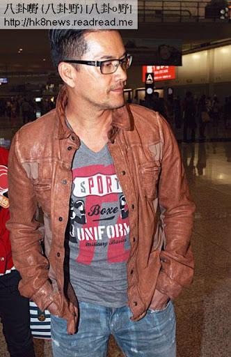 原本同老公一齊出閘嘅楊小娟,見機場周圍係記者,即閃留低呂良偉招呼傳媒。