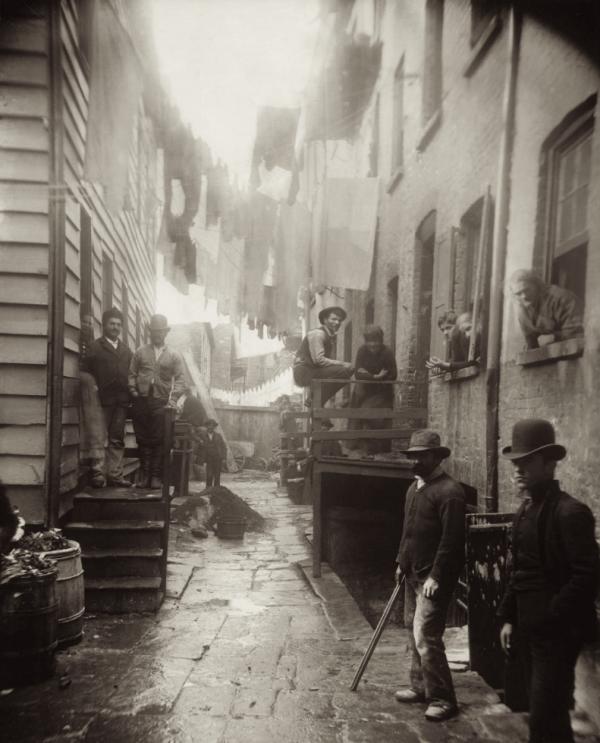Mulberry Street em 1888 por Jacob Riis.