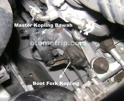Lumasi bantalan luncur menggunakan anti karat melewati boot pada fork kopling